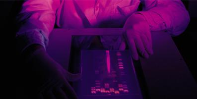 Laboratorieinteriör i lila ljus.